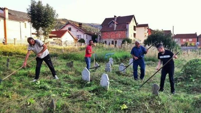Banorët e fshatit Bresanë pastrojnë varrezat në prag të festës së Kurban Bajramit